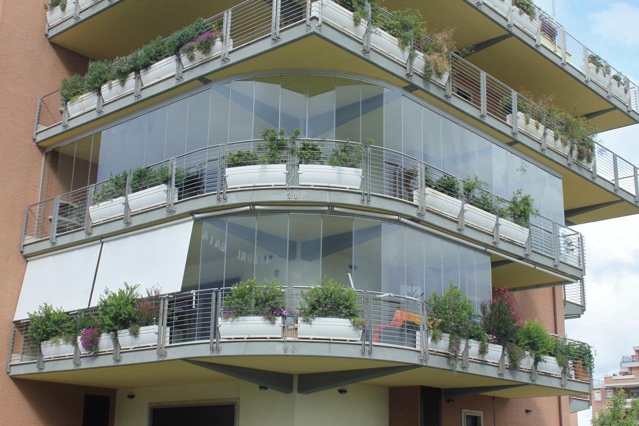 Le vetrate per esterni e balconi ambienti roma for Grate in legno per balconi